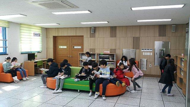학교 도서관 이용 모습